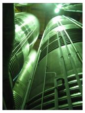 Цилиндрические емкости объемом 60 м3, которые использовались для сбора и очистки хладоносителя.